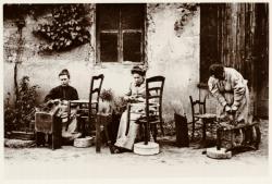 [Le Rempaillage des chaises, à Montmerle (Ain), au début du XXe siècle]