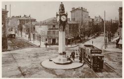[Tassin-la-Demi-Lune : horloge et tramway, place Pierre-Vauboin, au début du XXe siècle]