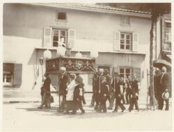 [Une procession à Taluyers (Rhône), au début du XXe siècle]