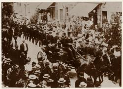 [L'Arrivée triomphale du commandant Marchand à Thoissey (après Fachoda)]