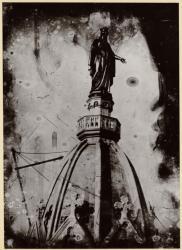 [Pose de la statue de la Vierge en bronze doré sur le clocher de la basilique de Fourvière en 1852]