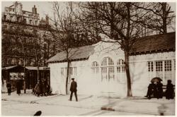 """[Foire de Lyon en 1916 : stands de la section """"Tissus et filés"""" sur la place Morand]"""