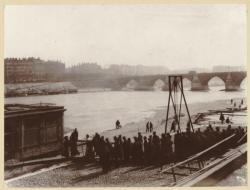 """[Arrivée à la morgue de la """"Femme coupée en morceaux"""", sur le bas-port du quai de l'hôpital, actuellement quai Jules-Courmont, en février 1901]"""