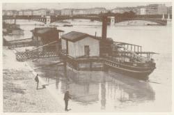 """[Embarcadère des bateaux """"Gladiateur"""", quai de la Charité, au début du XXe siècle]"""