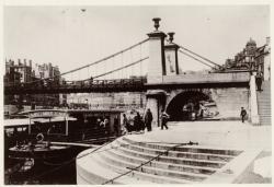 """[Le Départ d'une """"Mouche"""", au pont La Feuillée, sur la Saône, au début du XXe siècle]"""