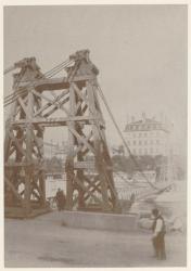 [La Passerelle provisoire sur la Saône, à Perrache, pour la construction du pont du Midi]