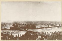 [L'Ancien pont Morand en bois, sur le Rhône, en 1872]
