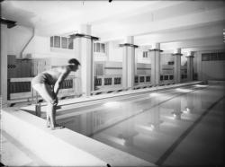 [Le Palais du travail à Villeurbanne : un nageur au bord du bassin de la piscine d'hiver]