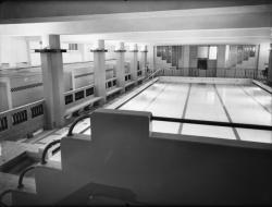 [Le Palais du travail à Villeurbanne : le couloir des cabines bordant la piscine d'hiver]