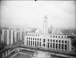 [L'Hôtel de ville et les Gratte-Ciel de Villeurbanne vus depuis les toits du Palais du travail]