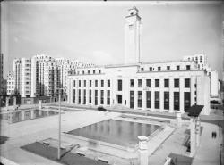 [L'Hôtel de ville de Villeurbanne et la place Albert-Thomas vus depuis le théâtre municipal]