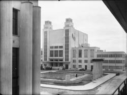 [Le Palais du travail à Villeurbanne : vue prise depuis un balcon des immeubles de la rue Michel-Servet]