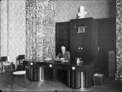 [L'Hôtel de ville de Villeurbanne : Lazare Goujon, maire de la ville et député du Rhône, assis à son bureau]