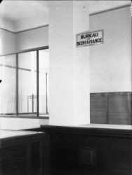 [L'Hôtel de ville de Villeurbanne : le guichet du bureau de bienfaisance au 1er étage]