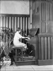[L'Hôtel de ville de Villeurbanne : Mlle Dupeuble, première organiste municipale de France, dans la salle des mariages]