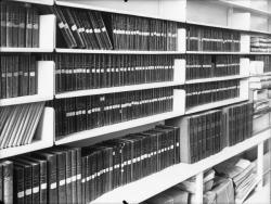 [L'Hôtel de ville de Villeurbanne : les rayonnages de la bibliothèque municipale]