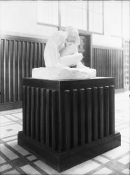 """[L'Hôtel de ville de Villeurbanne : """"Devant l'amour"""" sculpture placée devant la salle des mariages, sur le palier du deuxième étage]"""