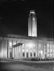 [L'Hôtel de ville de Villeurbanne et la place Albert-Thomas, vus de nuit depuis la rue Michel-Servet]