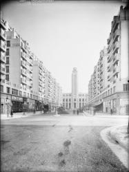 [L'Avenue Henri-Barbusse et l'hôtel de ville depuis le carrefour de la rue Anatole-France]