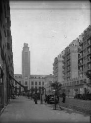 [L'Hôtel de ville de Villeurbanne vu depuis l'avenue Henri-Barbusse]