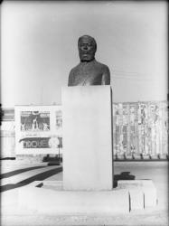 [Buste d'Albert Thomas, sur la place qui porte son nom à Villeurbanne]