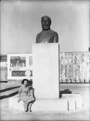 [Marie-Louise Simard au pied de sa sculpture d'Albert Thomas, sur la place qui porte son nom à Villeurbanne]