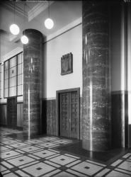 [L'Hôtel de ville de Villeurbanne : le hall et la porte du cabinet du maire]