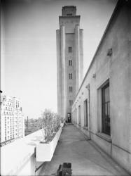 [L'Hôtel de ville de Villeurbanne : le beffroi vu depuis la terrasse]