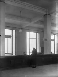 """[L'Hôtel de ville de Villeurbanne : rez-de-chaussée, bureau des """"Certificats divers, législations, assistance aux femmes en couches et aux familles nombreuses""""]"""