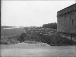 [Les Fortifications : le bastion de Vaulx et le mur d'enceinte]