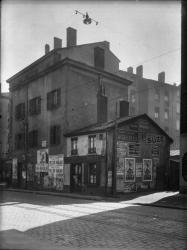 [Le Cours Emile-Zola, à Villeurbanne : ancienne poste et ancien commissariat de police, à proximité de la place dite de la Bascule]