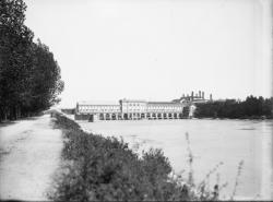[Usine électrique des forces motrices du Rhône à Cusset : vue d'aval depuis la rive droite du canal de Jonage]
