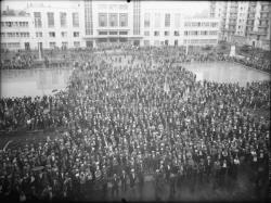 [Une manifestation des ouvriers du bâtiment en juillet 1936, place Albert-Thomas, devant le Palais du travail à Villeurbanne]