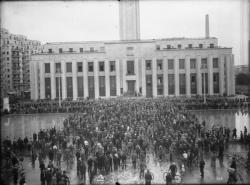 [Une manifestation des ouvriers du bâtiment en juillet 1936, place Albert-Thomas, devant l'Hôtel de ville à Villeurbanne]