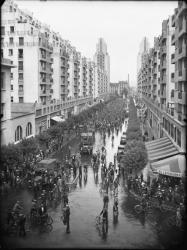 [Une manifestation à vélo des ouvriers du bâtiment en juillet 1936 devant l'hôtel de ville de Villeurbanne]