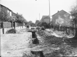 [Construction d'égoûts dans une rue bordée de pavillons à Villeurbanne]