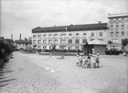 [Jardin des Tout-Petits, avenue de la Ferrandière, à Villeurbanne : les enfants au jeu]