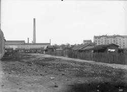 [Vue de l'usine et des habitations à loyer modéré (H.B.M.) rue Pierre Cacard à Villeurbanne]