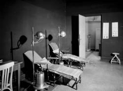[Le Dispensaire de la rue Pierre Flachet, à Villeurbanne, dans les bâtiments de l'usine Gillet : la salle d'ultra-violet]