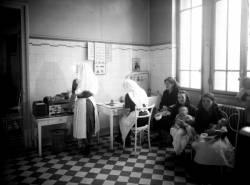 [Le Dispensaire de la rue Pierre Flachet, à Villeurbanne, dans les bâtiments de l'usine Gillet : la consultation des nourrissons]