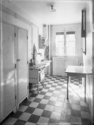 [Intérieur d'un appartement des Gratte-Ciel à Villeurbanne : la cuisine avec sa cuisinière au gaz]