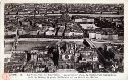Lyon : La Ville vue de Fourvière ; Au premier plan, la Cathédrale Saint Jean ; puis la Saône ; la place Bellecour et les Quais du Rhône.
