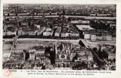Lyon : La Ville ; vue de Fourvière ; au premier plan, la Cathédrale Saint Jean ; puis la Saône ; la Place Bellecour et les Quais du Rhône.