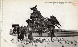 Lyon : Place des Terreaux ; Les pigeons ; Fontaine Bartholdi.