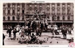 Lyon artistique : Place des Terreaux ; Les pigeons.