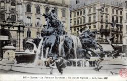 Lyon : La Fontaine Bartholdi ; un vol de pigeons.