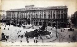 Lyon : Place des Terreaux ; Fontaine Bartholdi et le Palais des Arts.