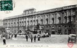 Lyon : La Place des Terreaux et le Palais des Arts.