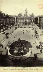 Lyon : Place des Terreaux ; Fontaine Bartholdi ; Hôtel de Ville.