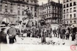 Lyon : Place des Terreaux ; Pigeons apprivoisés.